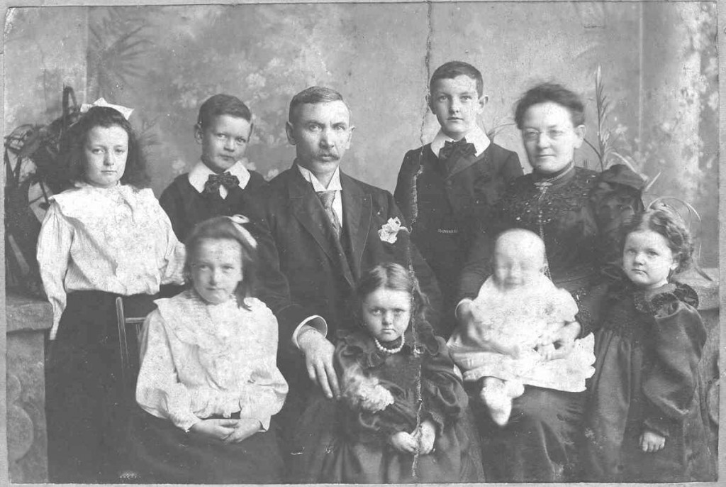 The Sullivans and their children in a family portrait, 1900.